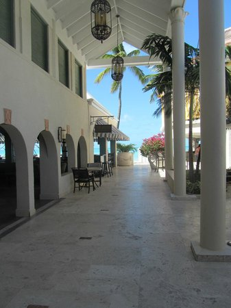 Sandals Grande Antigua Resort & Spa: Walking from the Caribbean lobby to the beach