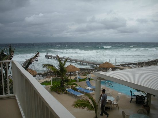 Cobalt Coast Grand Cayman Resort: stormy - a little too rough to dive