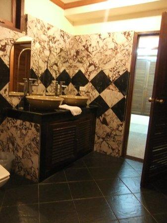 Prince Edouard Apartments & Resort: Salle de bains