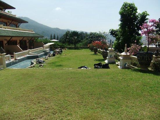 Prince Edouard Apartments & Resort: Esplanade en contrebas de la piscine