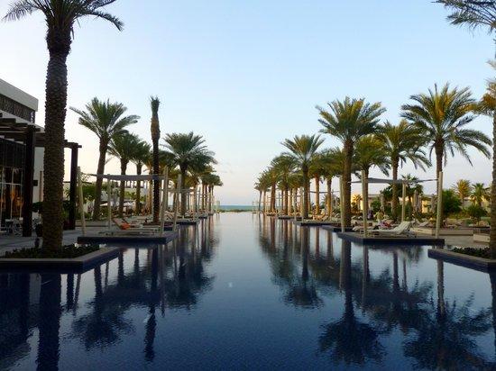 Park Hyatt Abu Dhabi Hotel & Villas: Blick vom Poolbereich auf das Meer
