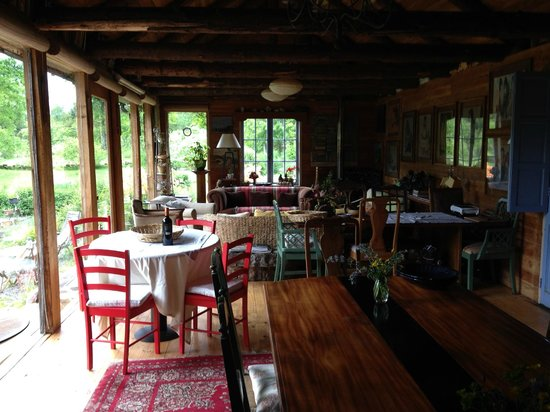 La Codorniz: Dining and living area