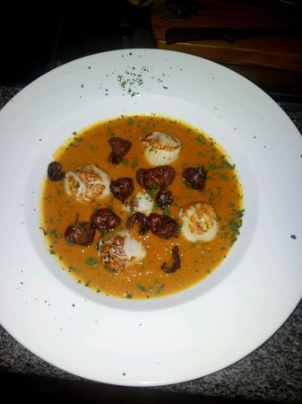Aguadulce Restaurant: scallops on bisque base w chorizo