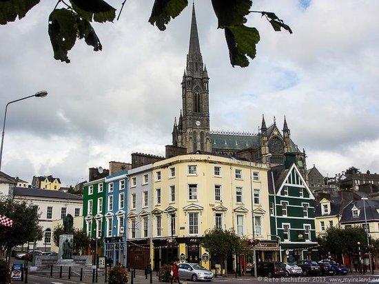 Cobh Cathedral: Impression aus dem Stadtbild von Cobh mit der Kathedrale St. Coleman im Hintergrund