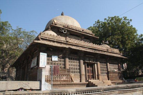 Rani Sipri's Mosque: Rani Sipri's tomb