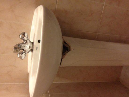 Westpoint Hotel: Broken Sink