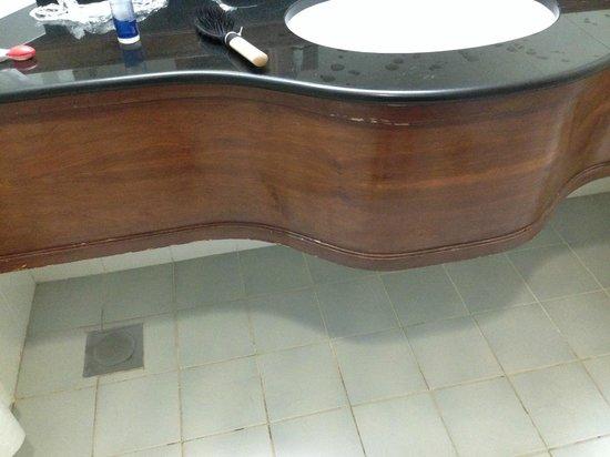 Holiday Inn Downtown Dubai : chipped wood