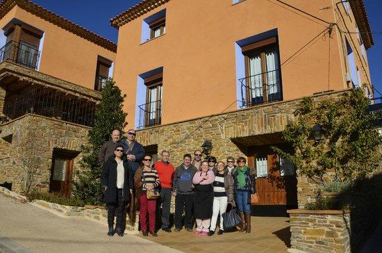 Casa Rural los Pedregales: Foto de despedida con Pilar y su hermano al pié de la casa