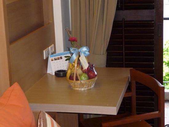 Banthai Beach Resort & Spa: hotel complementary fruit bowl