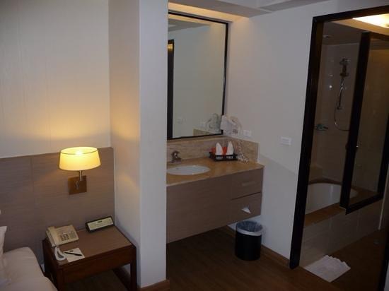 Banthai Beach Resort & Spa: sink and step to bathroom