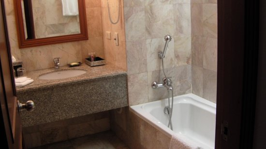 Century Park Hotel: Bathroom