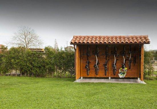 Casona de Llanorrozo: Bicis en el jardín