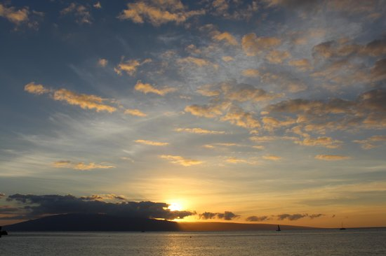 Royal Lahaina Resort: The tiki bar was a good place to watch the sunset
