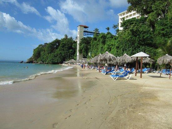 Grand Bahia Principe Cayacoa : Vue de la plage et de l'ascenseur