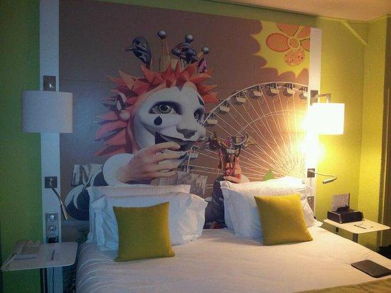 Mercure Nice Centre Grimaldi: Beware the murals behind the beds!