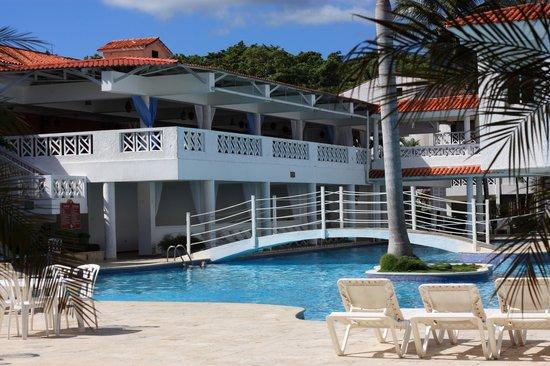 Hotel Beach House Playa Dorada : Vue sur la piscine.