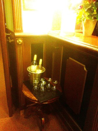 Hotel Hastal Prague Old Town: help yourself to Free wine at reception