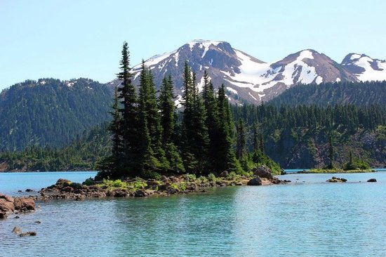 Natural Trekking Tours: Garibaldi Lake with the glacier as the backdrop.