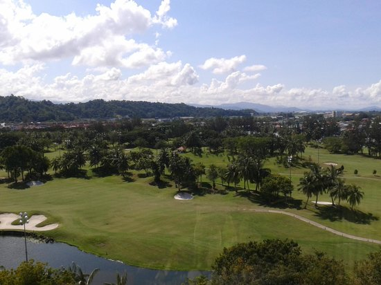 Sutera Harbour Resort (The Pacific Sutera & The Magellan Sutera): Hill view, golf course, photo from the elevator lobby