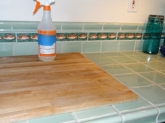 Maui Tradewinds: Cutting board cemented to kitchen counter