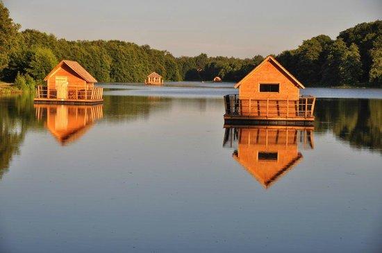 Le Domaine de la Dombes : Vue sur les cabanes flottantes