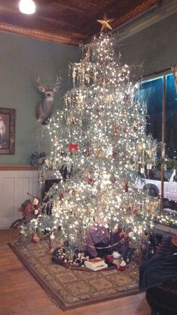 The  Virginian Restaurant: Christmas tree at the Occidental hotel
