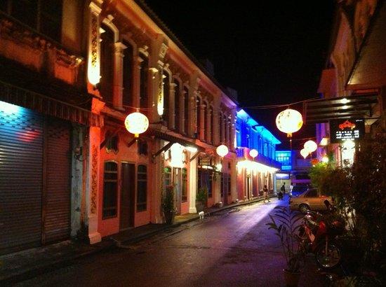 The Rommanee Boutique Guesthouse : La calle, de noche