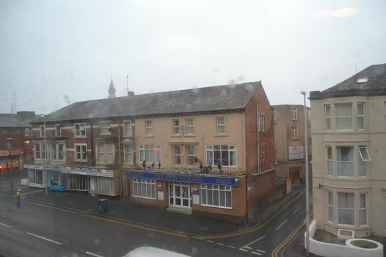 Newbury Hotel: Blackpool Tower peeping over the roof tops. View from our room