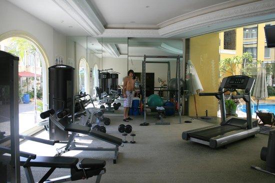 Four Seasons Place : фитнес центр в отеле