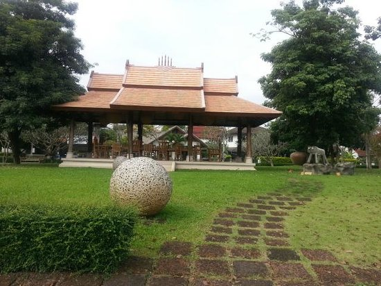 Oasis Baan Saen Doi Spa Resort: Grounds opposite tennis courts