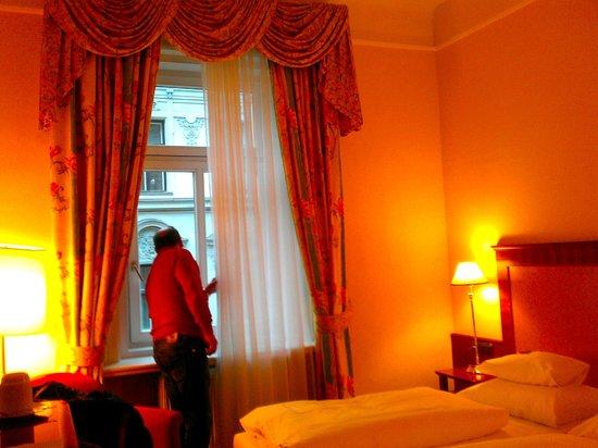 Hotel Kaiserhof Wien: Habitación standard a la calle principal, silenciosa y cálida aunque algo pequeña.