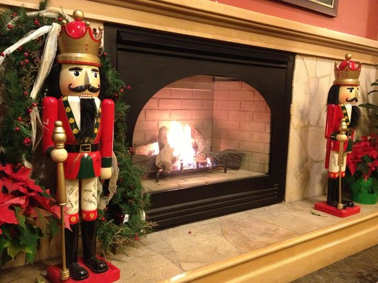 Westmark Anchorage : Warm fireplace