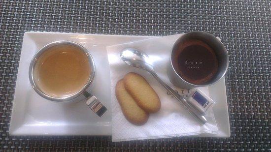 Le Bar a Huitres Montparnasse: Caffè e mousse al cioccolato con biscotti