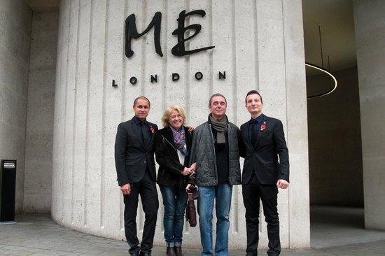 ME London: Con Gilberto y Emiliano (conserjería) en la entrada del hotel