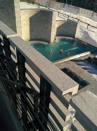 Mineralbad & Spa Rigi-Kaltbad: Blick von oben auf das Aussenbecken gegen 13:45 (15.12.13)