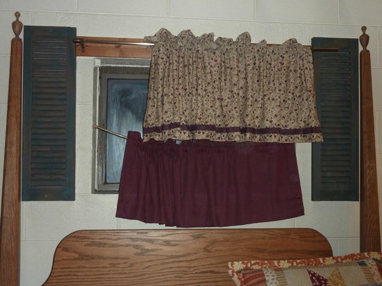 Smoky Mountain Lodging: Decor Downstairs was lacking (Bear Cove Escape)