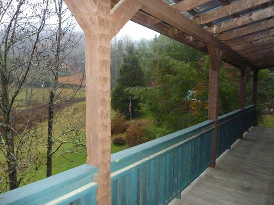 Smoky Mountain Lodging: Big porches with nice views, but little seating (Bear Cove Escape)