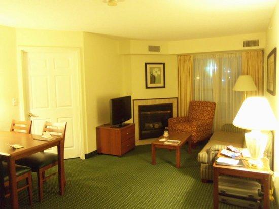 Residence Inn Deptford: Wohnzimmer mit Kamin