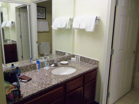 Residence Inn Deptford: Waschgelegenheit vor dem Bad