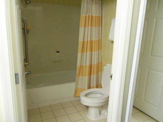 Residence Inn Deptford: Badezimmer mit WC und Wanne