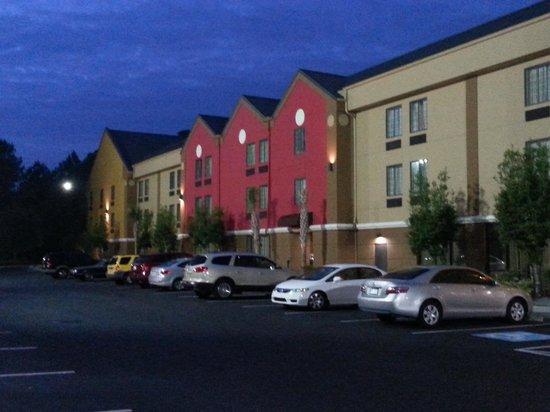 Best Western Plus Savannah Airport Inn & Suites : Multi-colored exterior