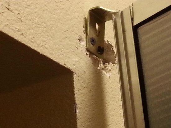 Best Western Plus Savannah Airport Inn & Suites : Mirror/closet door repair