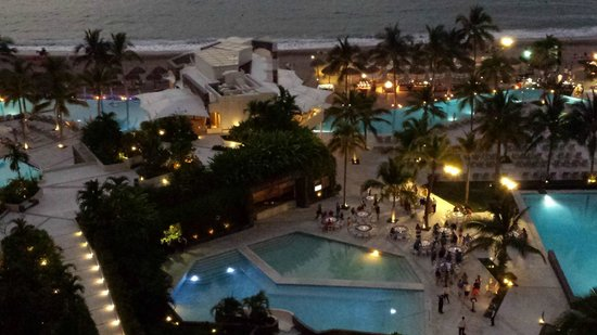 Now Amber Puerto Vallarta: Pool/Beach area at night