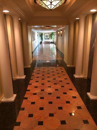 Riverside Hotel: Elevator Lobby