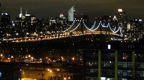 Country Inn & Suites By Carlson, New York City in Queens: Vista do quarto a noite