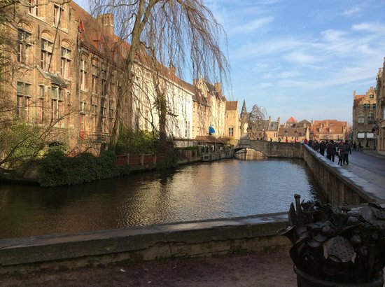 Hotel Acacia: The canal in the old town area of Brugge