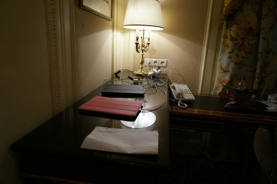 Hotel Bristol Wien: Plenty of room for all of our electronic devices-- there was even an American plug