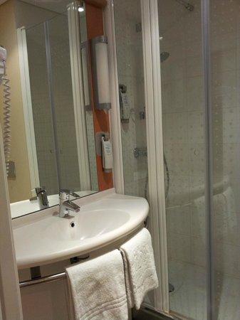 Ibis Porto Centro : Banheiro do apartamento