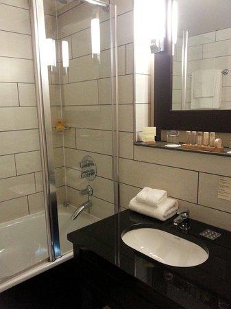 Heywood House Hotel: Bathroom room 202