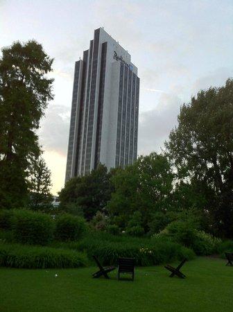 Radisson Blu Hotel, Hamburg: Вид из парка